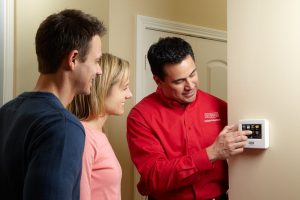 bryant-dealer-with-customers-at-thermostat